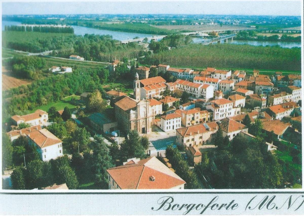 Veduta aerea di Borgoforte coi due ponti sul Po negli anni '60