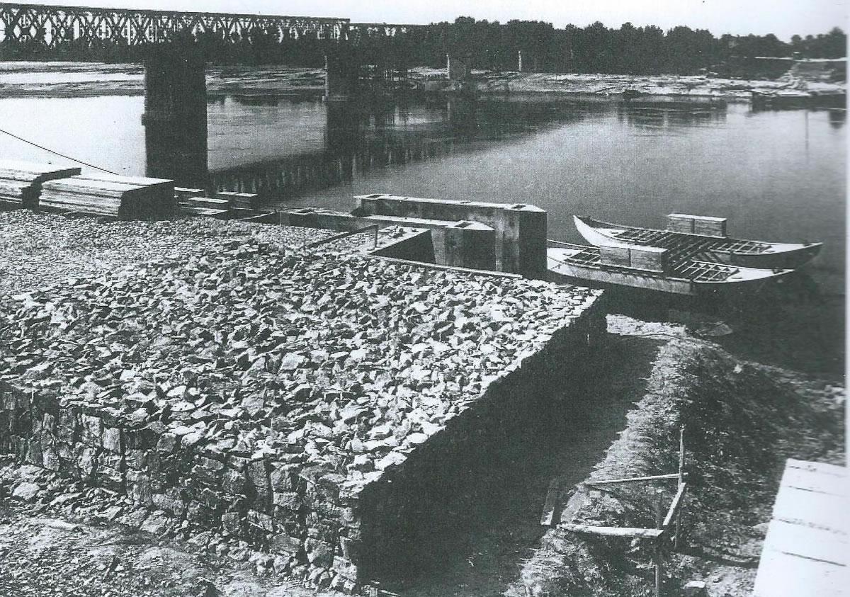 Si predispone l'attracco per il nuovo ponte in chiatte